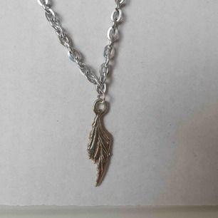 Fint halsband med ett löv 🥰 OBS! Vi kan ej garantera vilket material smycket är gjort i. Frakt ingår inte i priset. Om du vill köpa till en papperslåda vi har tillverkat själva tillkommer en extra kostnad på 15kr ✨