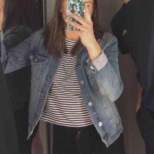 Jättefin jeansjacka som tyvärr har blivit för liten, köpt på H&M för 300kr 💕 den är använd en del men det är inget som syns på den, mycket bra skick!