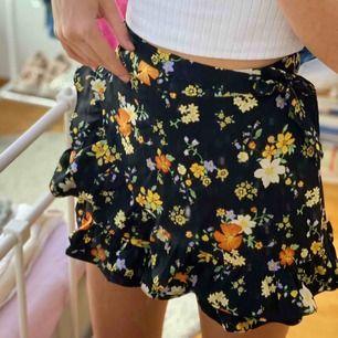 skit gullig shorts/kjol från bikbok, passar perfekt till sommaren. frakt till kommer ⚡️⚡️