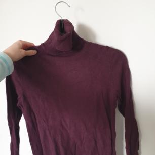 Snygg röd/lila tröja med hög hals! Skön och fin!⭐