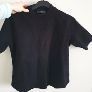 Snygg tröja från Zara knit! Skön svart passar till kostymbyxor eller liknande❣