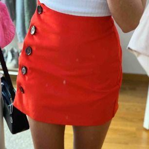 super fin röd kjol från primark, sitter bra, använd fåtal gånger. frakt tillkommer⚡️🥺