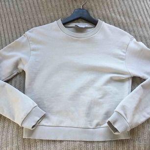 """En ljusgrå sweatshirt från NA-KD i modellen """"Round Neck Soft Sweatshirt"""", från kollektionen Pamela x NA-KD. Storlek XS. Använd 1 gång så är i nyskick."""