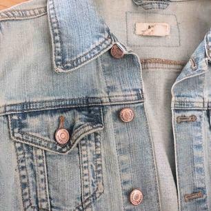 Jeansjacka som är köpt vintage så vet inte vart den är ifrån! Jag skulle säga att den passar utmärkt på xs-s. Frakt 20:-. men kan diskuteras.