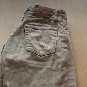 Dom perfekta (!!!) beiga Levis jeansen. Får tyvärr inte på mig dom längre och behöver därför sälja:( Köpta vintage i Paris för ca ett år sedan och varit mina favoriter ända sen dess 🤍💖 (skrynkliga på bilderna)