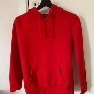 Jätte fin röd hoodie! Köpt på primark men aldrig använd pågrund av fel storlek💞