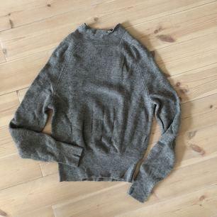 Grå, ribbad kashmir-tröja från H&M Trend. Sparsamt använd.