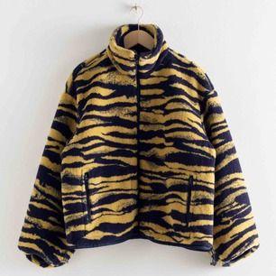 INTRESSEKOLL! Pris kan diskuteras 🍇 Tiger fleece från & other stories, storlek 34 men är oversize så skulle även kunna passa en S/36. Supermysig, fodrad och varm. Sparsamt använd. Nypris 1300