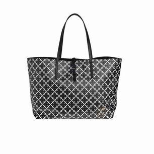 En snygg och rymlig Malene Birger väska i mellanstorleken. Bra skick bara lite nött på insidan men det syns inte när man har den på armen🥰