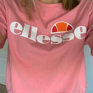 Rosa ellese t-shirt. Endast använd ett fåtal gånger. Säljer pga att den ej kommer till användning längre. Köpare står för frakt:)