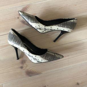 Krokodilmönstrade pumps från Zara, spetsig tå.