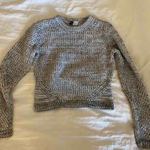 En virkad tröja från H&M, knappt använd!  Möts i sthlm området eller postar