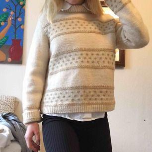 Söt stickad och supervarm tröja i bra skick och kvalité! Kan mötas i Stockholm och annars står köparen för frakt🌸