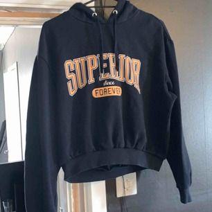 Säljer min lite kortare hoodie kommer aldrig till användning men super fin