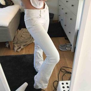 vita bootcut byxor från zara! inga fläckar eller hål på dom:) passar även en som är större än 36 och mindre