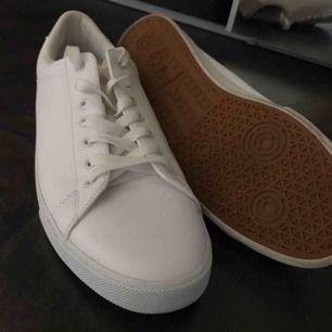 Ett par sprillans nya skor från H&M som endast är använda en endaste gång!  Helt vanliga vita sneakers som passar till många olika klädstilar