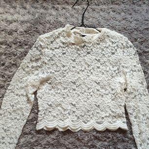 Långärmad see through tröja med blommiga lace mönster i storlek S för 99 kr 🥰 Är även en slim fit.  Köpta från H&M och de är för stora för mig så det passar inte, knappt användna, är i bra skick dessutom!