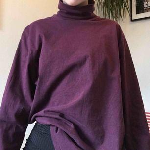 Skön lila oversized polo från humana! Kan mötas i Stockholm och annars står köparen för frakt💫