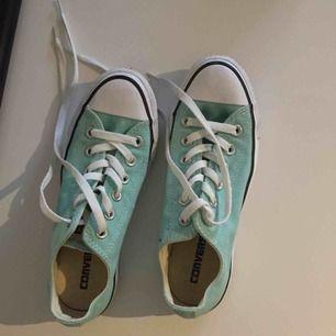 Helt nya och oanvända låga converse i storlek 37 i en otroligt fin färg. Fraktar endast💕 Vill du köpa något annat av mig går alltid paketpris att fixa! 🌸