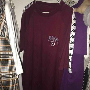 Skiiitsnygg unisex t-shirt från Kappa som tyvärr inte blivit använd, köpt på Humana för ca ett år sen. Möts helst upp i Stockholm, men om den ska skickas står du för  frakten :)