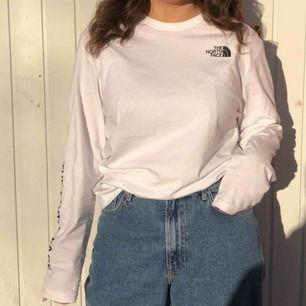 En snygg the north face långärmad T-shirt i herrmodell men sitter snyggt oversized på mig som är en M i dam. Passar till allt och har en snygg text på armen och logga där fram🥰i nytt skick