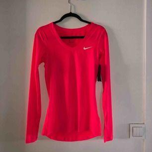 Säljer min oanvända Nike träningströja. Prislappen är kvar.