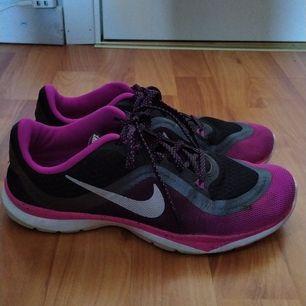 Jag säljer mina Nike skor, eftersom att de är förstora för mig. En av skorna saknar skoinlägget, men annars är de i förvånansvärt bra skick.