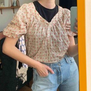 Skjort-liknande topp med fickor och blommor. Frakt : 42kr 🍦