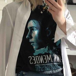 En cool t-shirt från Shawn Mendes turné, Illuminate World Tour, 2017. Bra kvalité och inga slitningar. Passar till det mesta! Frakt 44 kr. 🥳