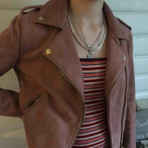 Fake mocka jacka i storlek 36, i snygg rosa färg med gulddetaljer.  Fraktar endast💕 Vill du köpa något annat av mig går alltid paketpris att fixa! 🌸
