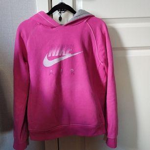 Jag säljer denna hoodie för att den inte kommer till användning. Är i bra skick och har bara används några få gånger. Den är ganska stark rosa och har även två fickor på vardera sida.