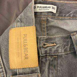 Gråa pull&bear jeans, använt 2ggr! Säljer för att dom tyvärr är förstora. Storlek 40/M/L