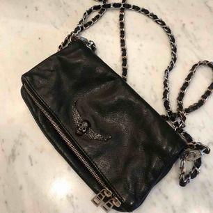 Säljer min fina och unika Zadig & Voltaire väska, köpt på Natalie Schuterman i Stockholm! Tyvärr har den kommit till alldeles för lite användning därav säljer jag den nu!