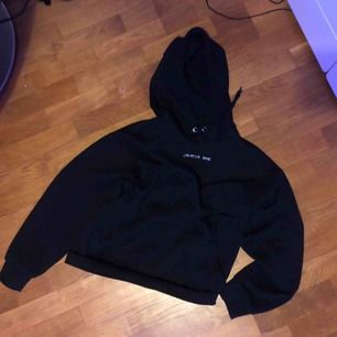 Superskön hoodie från Monki! Använd ett fåtal gånger dvs bra skick! Säljer för att spara pengar. Köparen står för frakten❣️