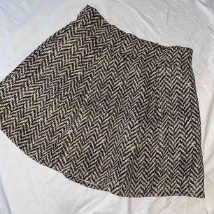 Mönstrad kjol från Bik Bok, använd några gånger!!  Oklart vilken storlek då det inte står men skulle gissa på 34/36, köparen står för frakten💕