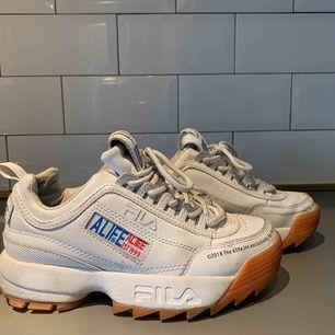 Super coola Fila skor som tyvärr inte kommer till användning. Använda med i bra skick!💞💫Pris kan diskuteras ✨