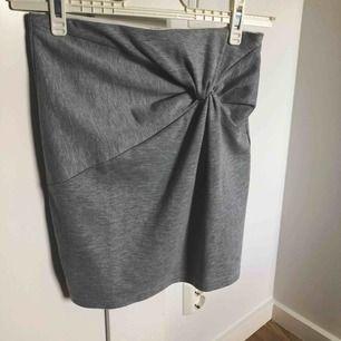 Mjukiskkjol med en snygg detalj. Går att klä ner och upp. Använd cirka 3 gånger. Köparen står för frakt, kollar summan vid intresse.