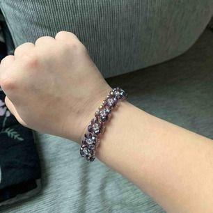 """Superfint lila armband med """"diamanter"""", använt endast någon fåtal gång och är i helt nyskick. 💜💜"""