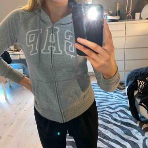 Grå supermysig hoodie från GAP med dragkedja. Använda några gånger men i bra skick!! Köparen står för frakten💕