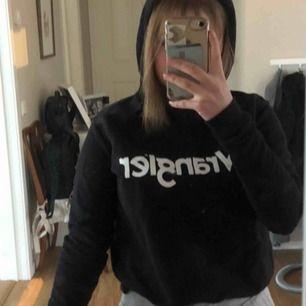 Svart, smal hoodie med märket Wrangler. Aldrig använd🌸