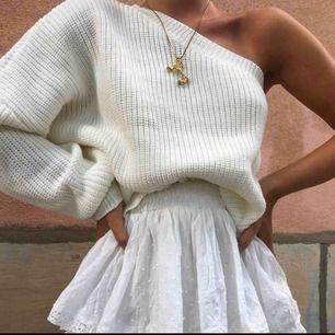 Super fin och söt stickad tröja från By Anastasia. Tröjan är vit/krämvit och sticks inte. Har en liten fläck vid armen där tröjan slutar och där av priset.