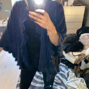 Blå jättemysig stickad poncho med volanger från Åhléns!! Superbra skick, köparen står för frakten💕