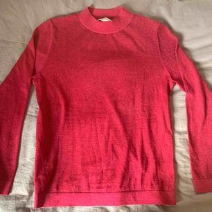 Superfin stickad tröja från & other Stories! 🌺 Tyvärr har den aldrig kommit till användning, därför säljer jag den. Strl S! 200 kr + frakt 📦