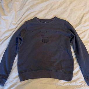 En marinblå sweatshirt från GANT. Haft den i många år men i riktigt bra skick trots att den varit flitigt använd! Perfekt till sommarkvällar ☀️