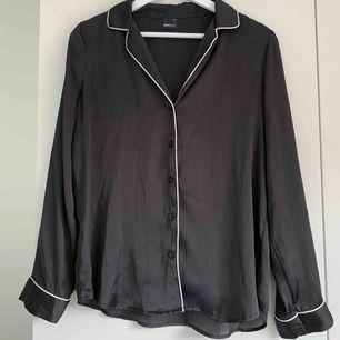 Skjorta i satin från ginatricot.  Frakt inräknad i pris.