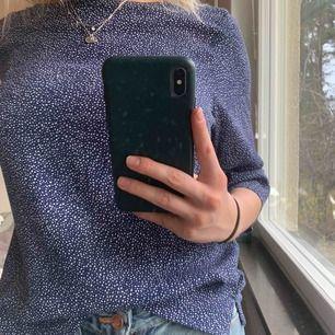 Suupergullig blus i prickigt mönster från H&M. 💙 Sitter superfint och har lite kortare ärmar. Perfekt till våren 💓 Strl 36! 75 kr + frakt 📦