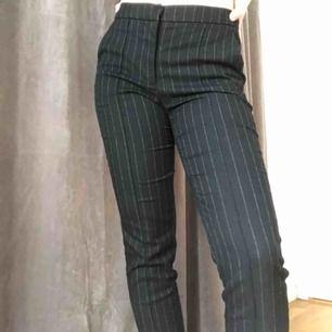 Super snygga kostym byxor från Mango! De är tyvärr för små för mig runt låren. Mötes upp i centrala Sthlm eller så står köparen för frakt!