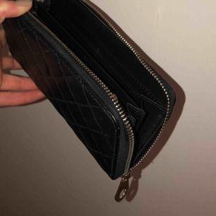 Sparsamt använd helsvart plånbok.  Priset kan diskuteras vid snabb affär.