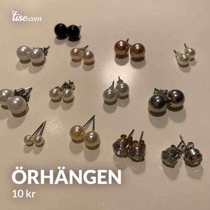 Snygga pärlörhängen i olika färger och storlekar samt guld/silver örhängen (ej äkta) 13 par, endast 2 som inte har plupp (se längst fram på bilden) 10kr styck eller alla för 50! 🤩