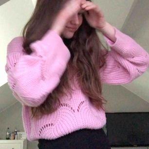 Säljer nu denna rosa slutsålda stickad tröja, har använt den ett par gånger men har ingen användning av den nu🥰